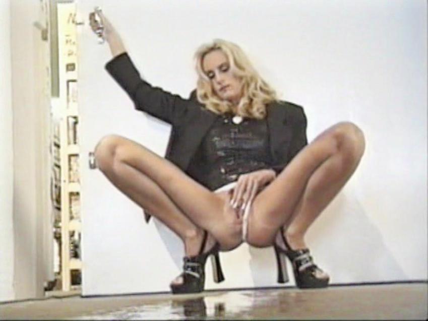 Girls peeing on girls porn